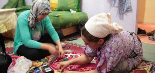 Figure 6. Couture et gestes cartographiques à Sidi Yusf, Naïma S. et Hanane Hafid. (Photographie Élise Olmedo, 2014).