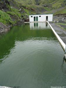 Photo 1. Couple s'immergeant dans une piscine d'eau chaude, Islande du Sud. Le bâtiment correspond aux vestiaires. © L. Laslaz, juillet 2011.