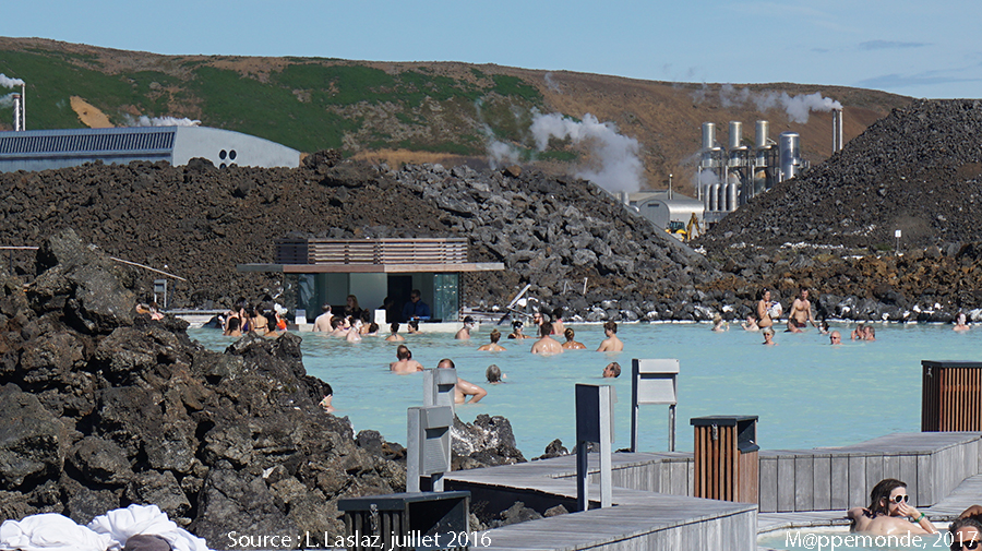 Photo 11. Le bar au fond du lagon ; les élévations de lave et l'usine géothermique en arrière-plan. © L. Laslaz, juillet 2016.