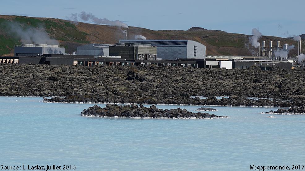 Photo 2. L'usine géothermique de Svatsengerdi (visible par son panache de fumée, municipalité de Grindavik) et le bassin d'eau chaude au premier plan. © L. Laslaz, juillet 2016.