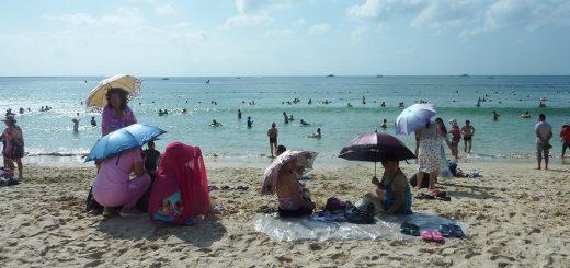Photo 5. L'usage de l'ombrelle est courant sur la plage de Dadonghai. Photo B. Taunay & L.Vacher, Plage de Dadonghai (Sanya) le 28 novembre 2015 à 10h50.